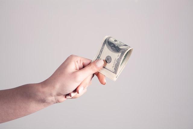 社会人の平均年収は436万円