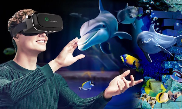 VRで海の中を体験する女性の画像